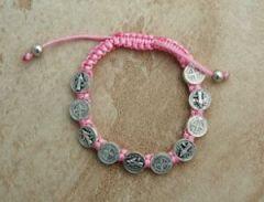 Obtenga esta hermosa pulsera de San Benito, la cual puede dar como regalo para brindar protección a un ser querido