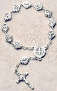 Cada cuenta de esta estupenda pulsera tiene la medalla de San Benito