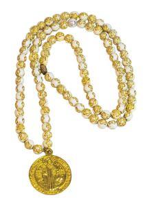 Camándula color oro de San Benito con diseño
