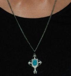 Lleve muy cerca de su corazón a María portando esta hermosa y fina medalla