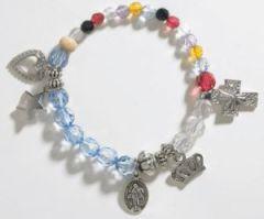 Cada cuenta en esta colorida pulsera representa una etapa en la vida de María
