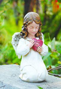 estatua de ángel con corazón